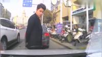 路怒男子活腻了,女司机都敢惹,女司机直接一脚油门教他做人
