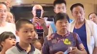博物馆内熊孩子吵闹,工作人员耐心劝解,家长态度却令人意外