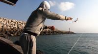 阿锋钓鱼打窝方法太骚气,把全船人逗笑了,上岸车玻璃被砸了