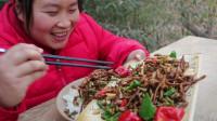 胖妹50元买2斤鸭肠,配泡椒炒,酸爽开胃,胖妹:这菜太费米饭了