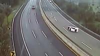 女司机高速变道大货车擦身而过,监控拍下惊险一幕