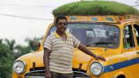 印度的士司机在车顶种草,造型看着搞笑,司机的话却引人深思