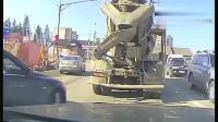 女司机故意别车, 以为水泥车会让着她, 没想到竟是这样的结局!