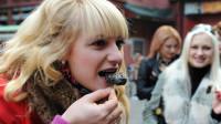 英国美女在长沙第一次吃臭豆腐,一开始她很嫌弃,尝一口后:真香