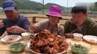 韩国农村家庭的一顿饭妈妈今天做海鲜大餐吃,有贝壳,章鱼,虾