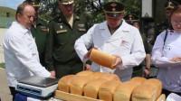 """俄军""""野战厨房""""厨师比赛,这""""板砖""""就是大列巴?"""