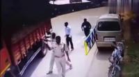 伤得不轻! 大货车闯卡撞上护栏, 男子躲闪不及当场被挤!