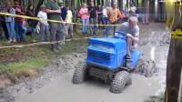 实力超群的拖拉机过水沟,网友:老司机没有两把刷子怎么出来混!