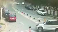 女司机刚下车就投入死神怀抱,以为路虎会停车,结果被活活压死!