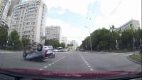 大货车闯红灯,直接被疾驰的轿车怼翻,监控拍到惊险画面