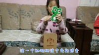 酷爱魔术的小美女,今天是怎么把青蛙变成牛的?这是下一个刘谦吗?