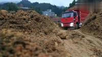 玩具车:大货车拉满满一车的泥土拐弯 轮胎都悬空了?