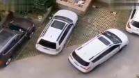 女司机经过多次下车仔细观察,已确定车位太小,停不进去