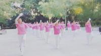 大妈们跳广场舞锻炼身体
