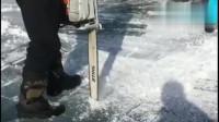 俄罗斯人想钓鱼太不容易了!冰上打洞这么深!还没打穿!