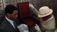 劫匪躲在银行七天,出来就跟警探擦肩而过,简直太镇静!