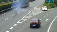 真正的祸害,女司机高速上截杀大货车,货车司机含泪和她同归于尽