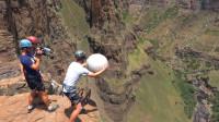 马格鲁斯效应是什么?将弹力球扔下悬崖,看反应不敢相信!