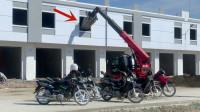 省事,建筑材料直接从窗户倒进去,机械看起来还是专用的