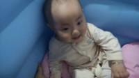 宝宝这么高兴看到妈妈用这种方式逗宝宝也是太搞笑了,太可爱了!