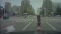 灵异事件:红绿灯路口,老太太不断向女司机招手,监控拍下诡异一幕