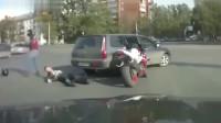 监控:摩托车司机碰瓷小车,一言不合直接开打,不料被小车司机一拳放倒!