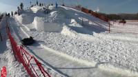 阿彪冰天雪地游东北,和网友一起在湖面滑冰,摔一下可疼了!