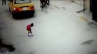 被佛光护体的小女孩,要不是监控,谁会相信这惊险的一幕