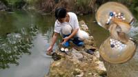 美女河边意外捡到一个巨大的河蚌,打开后惊喜不已,网友:一夜暴富!