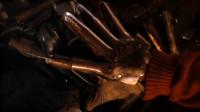 男子发明了一个钢铁手套,指尖全是刀片,一抓下去谁都逃不掉,惊悚电影