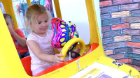 萌娃小可爱来到了儿童乐园开玩具小汽车!萌娃:做好了,汽车要出发咯!