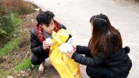 四川方言:路边的乞丐自尊心太强,拒绝美女送食后却被谎言打动!