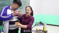 学霸王小九校园剧:老师制作面包片和黑色茶包蛋,没想学生全都一口塞完,原因太逗了