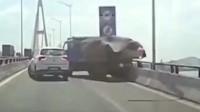 看了三遍都没看懂大货车为什么突然倒车,监控还原全过程!