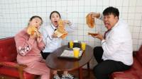 学霸王小九:老师请吃鸡排,吃货女同学一口吃完一整块鸡排!厉害