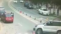 监控:女司机刚下车就投入死神怀抱,以为路虎会停车,画面太惨痛了