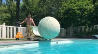 2000磅的沐浴球长什么样?老外制成后丢入水中,网友:就差泳池了