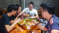 搞几十条大红虾请单身的兄弟喝酒,专挑有蛋的 吃起来才开心