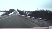 疾驰超车失控横冲乱撞,对向视频车也跟着遭殃被撞!