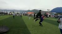 运动会上,两个男生的动作,引起了周围女生的尖叫