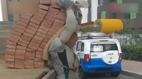 这是我见过最牛的搬砖大叔,80块砖400余斤,一个人卸完整车砖