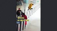男子无票硬闯高铁站,还叫嚣:你们来抓我呀,警察嘲讽:你这么强烈要求,跟我走吧