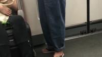广东到底都是些什么人,看来穿拖鞋的不一定都是屌丝,还有可能开宾利呢!