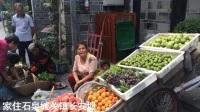 石泉农妇进城卖自家水果,一板车五彩水果太诱人