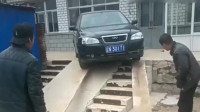 这车技无敌了,下个楼梯也是不容易啊,还需要两个人的配合才行!