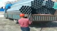 监控:工人这样卸车,被老板看到会不会炒鱿鱼