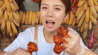 美女吃韩式炸鸡,一口一个,再来跟大葱,咬一口,真香!