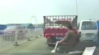 行车记录仪:前面这辆车踩刹车,不可能的, 谁踩刹车谁就输了!