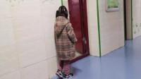 4岁女孩教室门口罚站,背真实原因让人心疼,愤怒变成了感动