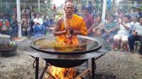 泰国高僧坐在油锅里打坐,不料被观众当众拆穿,场面瞬间尴尬了